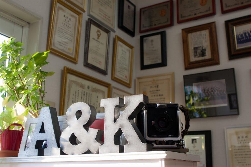 屋号のA&Kが存在感大!陽が入る明るいスタジオです