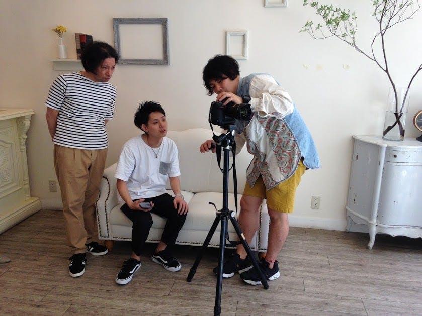 三脚を使って撮影する福永カメラマン。確認しながら撮影が進みます