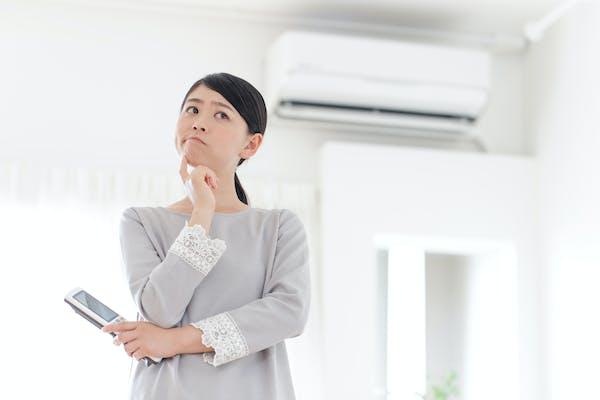 エアコンの洗剤で悩む女性