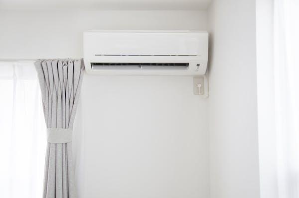 エアコンとカーテン