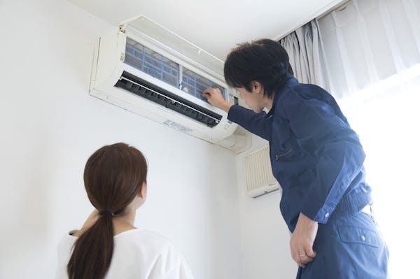 エアコン掃除を業者に頼んでいる様子