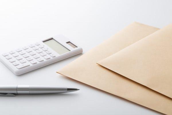 電卓と封筒とペン