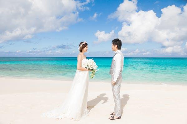 フォトウェディングを撮るなら定番は沖縄のビーチで!