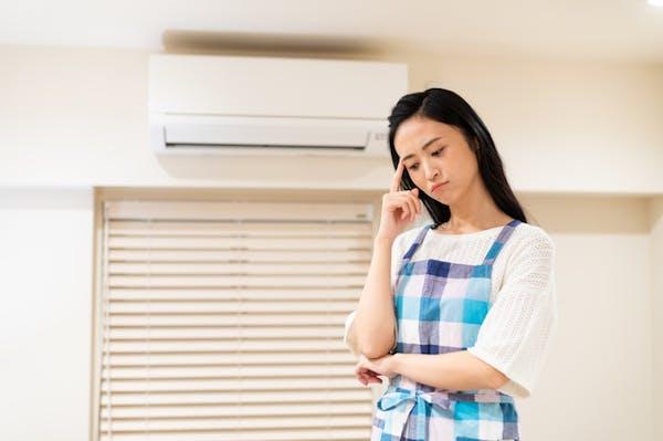 エアコン洗剤で迷う女性