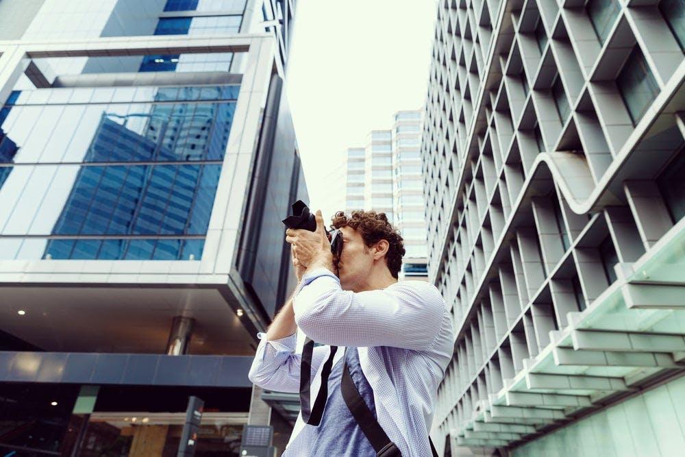 竣工写真を撮影するカメラマン