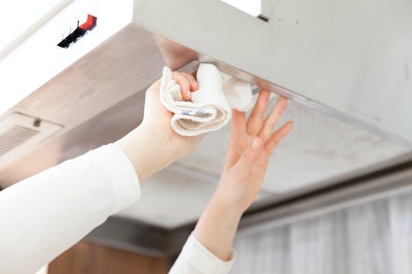換気扇を掃除する人