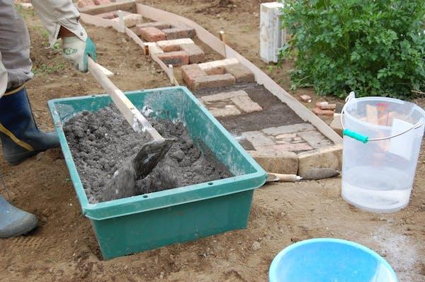 セメントに砂を混ぜ、水で練ったのがモルタルです