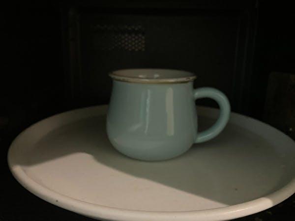 コップに入れた重曹水を4分間加熱