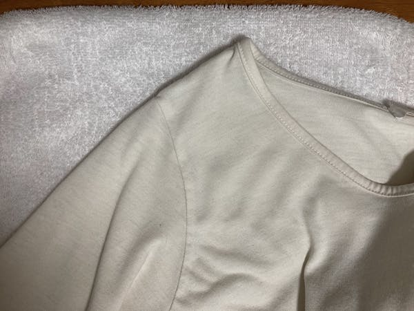 タオルを衣類の下に敷く