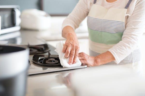 コンロを濡れた雑巾で拭き取る