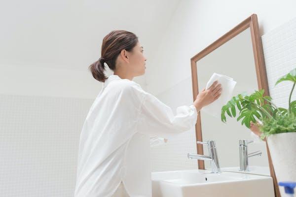 鏡掃除をする人