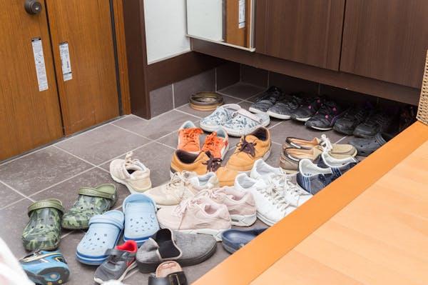 靴が散らかった玄関