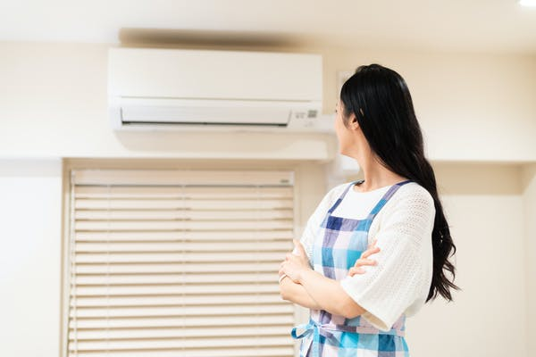 エアコンで悩む女性