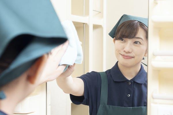 鏡を掃除する女性