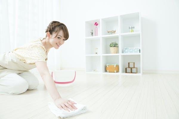 フローリングを掃除する女性
