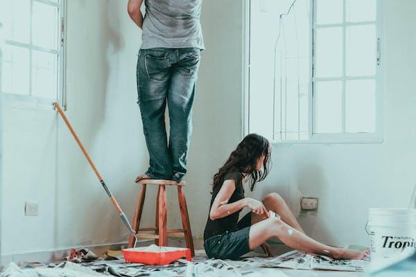 塗装をする男女