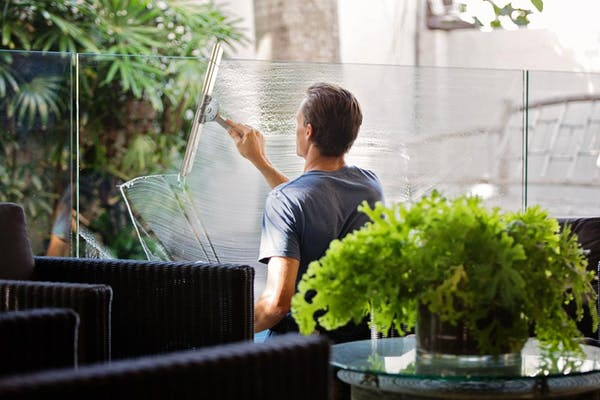 ガラス掃除をする男性