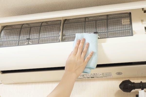 エアコンの掃除をする人