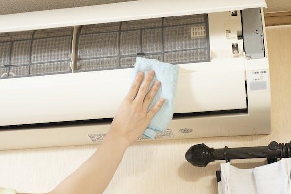 エアコンの表面を掃除する