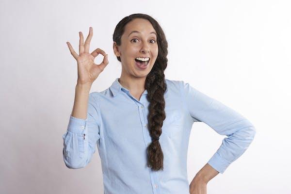 OKサインを指で作る女性