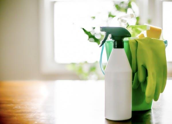 スプレーやバケツなどの掃除道具一式