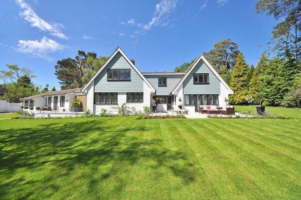 広い芝生の庭のある一軒家