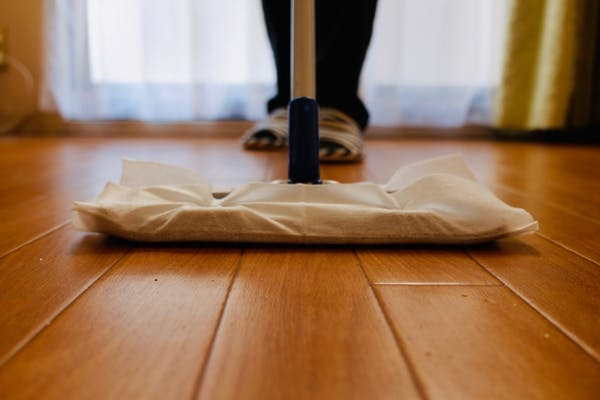 フローリングを拭き掃除する人