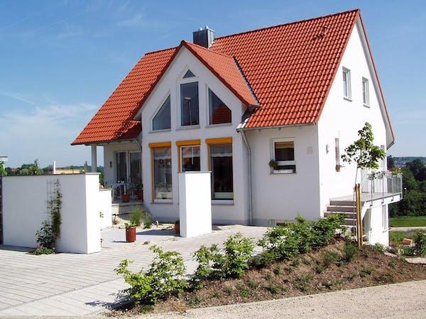 白い外壁の一軒家