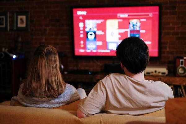 テレビを見る男女