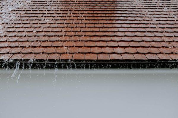 水が流れる屋根