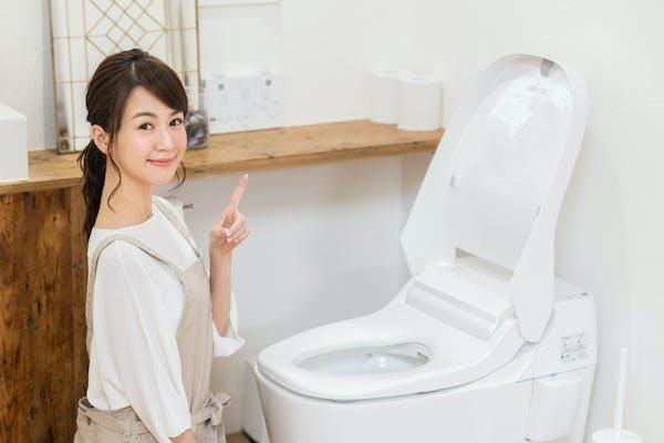 トイレを掃除しようとしている女性