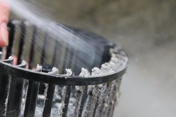換気扇のファンを水ですすぎ洗い