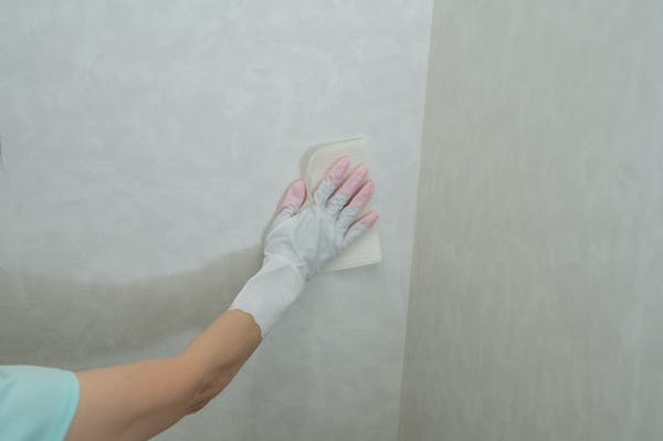 トイレの壁をお掃除シートで掃除する
