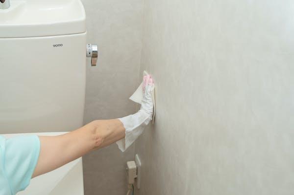 トイレの壁の下側をお掃除シートで掃除していく