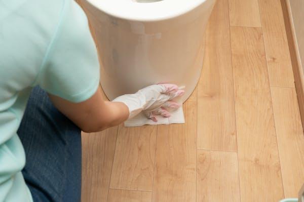 トイレの床をお掃除シートで掃除する
