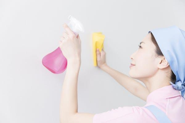 壁紙を拭く女性