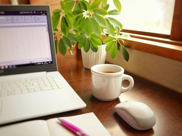 パソコンとティーカップとカポック