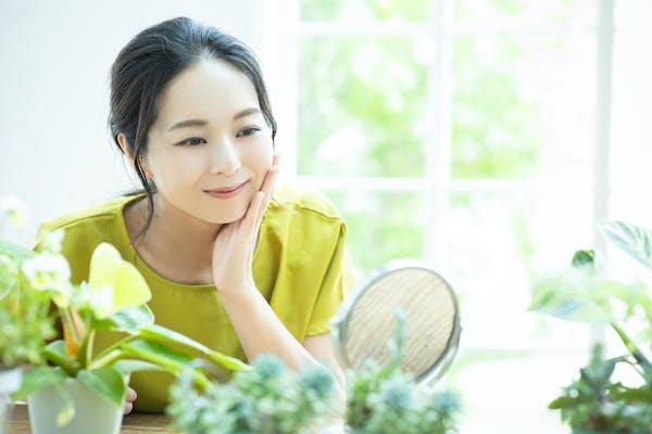 観葉植物を眺める女性