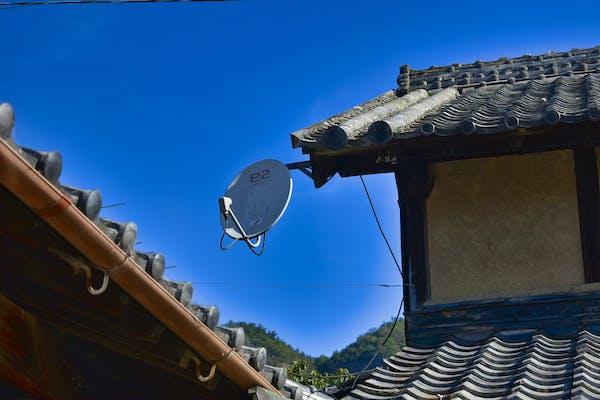 日本家屋についたアンテナ