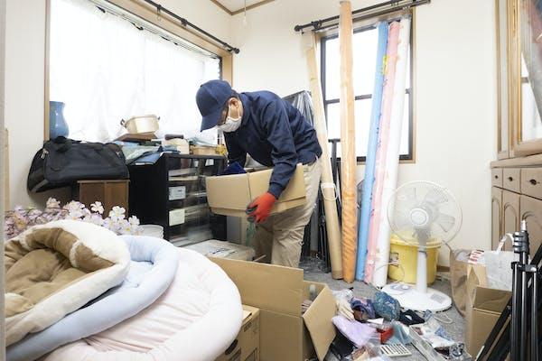 汚部屋掃除をするクリーニング業者