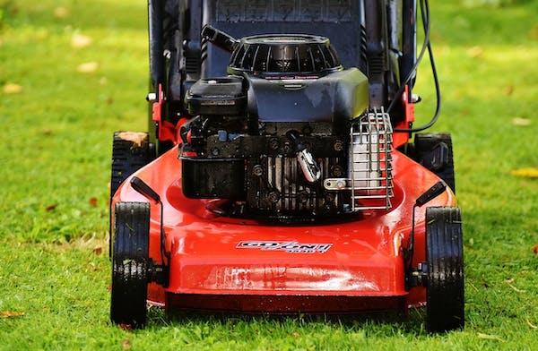 赤い電動草刈り機