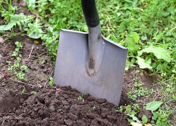 土を耕すスコップ