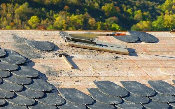 屋根の修理風景