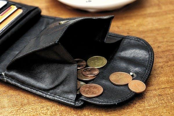 開いた財布と小銭