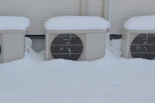 雪の積もった室外機