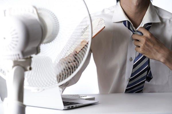 扇風機を使う男性