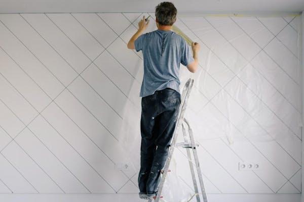 塗装する人