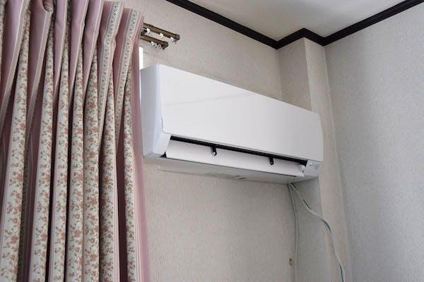 窓際に設置されたエアコン