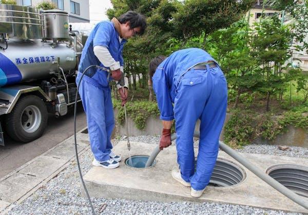 浄化槽を清掃するプロ
