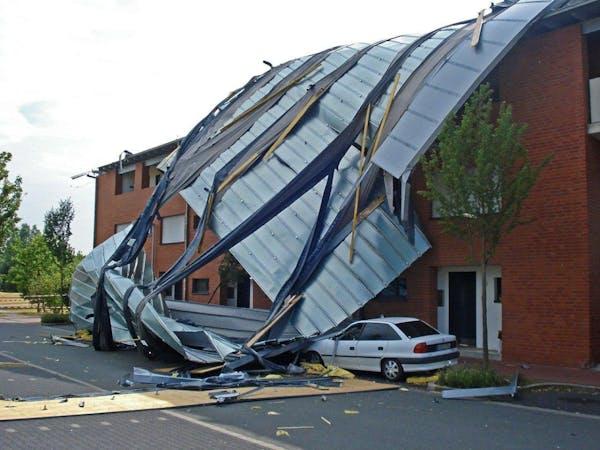 崩壊する屋根